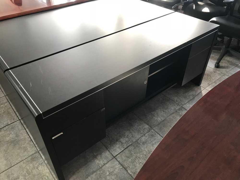 Executive office desk with modular storage